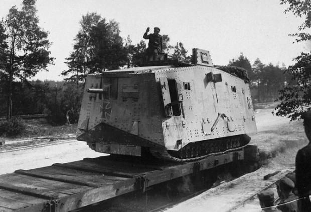 Погрузка немецкого танка A7V на железнодорожную платформу на Западном фронте