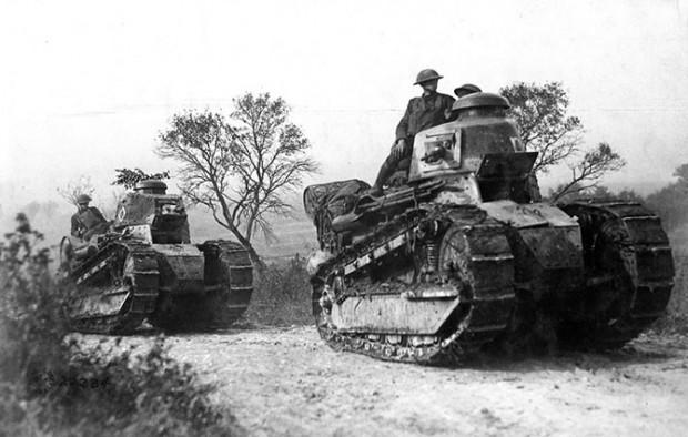 Американские солдаты на французских танках Renault FT-17 направляются на линию фронта в Аргонском лесу, Франция, 26 сентября 1918 года.